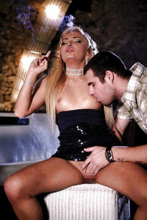 タバコ吸ってM男奴隷を焦らしてる女王様の画像集(27枚)・23枚目