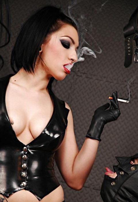 タバコ吸ってM男奴隷を焦らしてる女王様の画像集(27枚)・24枚目