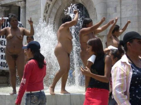 【分かったからやめてくれ‥】ある意味効き目がある全裸抗議がこちら・・・(画像28枚)・27枚目