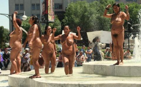 【分かったからやめてくれ‥】ある意味効き目がある全裸抗議がこちら・・・(画像28枚)・28枚目