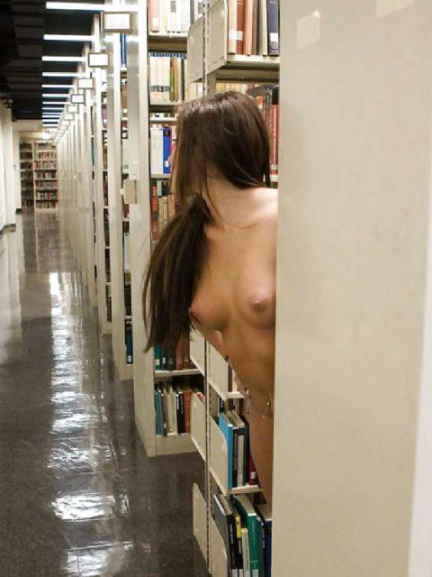 図書館みたいな場所いくと露出願望が抑えられない女たち(画像30枚)・29枚目