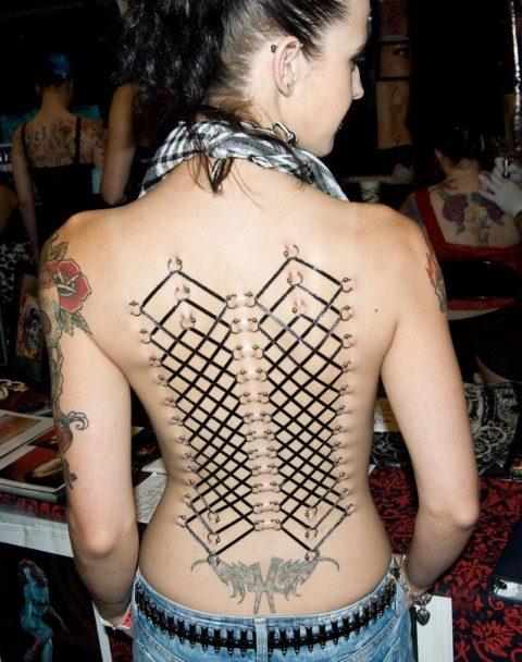 【コルセットピアス】常軌を逸した女がやるボディピアスの進化系(画像30枚)・3枚目