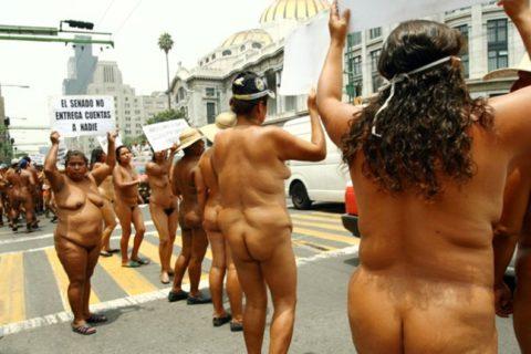 【分かったからやめてくれ‥】ある意味効き目がある全裸抗議がこちら・・・(画像28枚)・3枚目