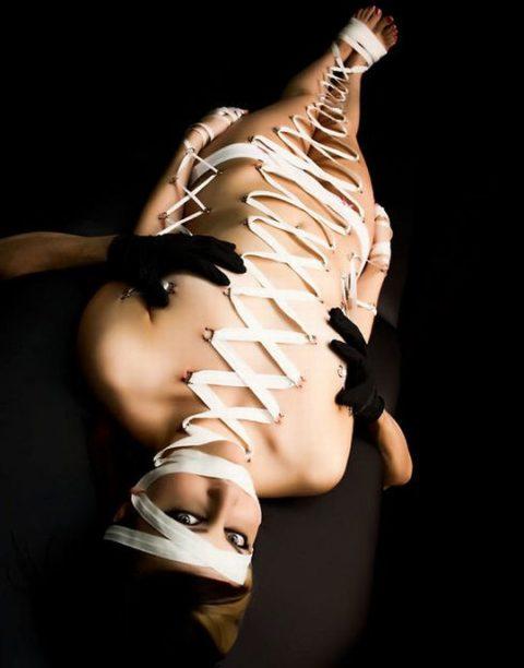 【コルセットピアス】常軌を逸した女がやるボディピアスの進化系(画像30枚)・30枚目