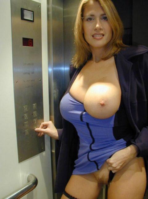 扉が開いたらこの状態wwwww質の悪いエレベーター露出魔のエロ画像集(30枚)・7枚目