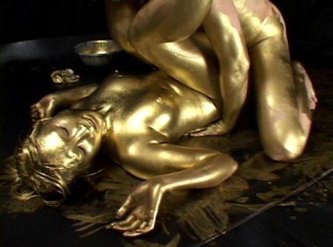 セックスするとご利益がある(?)全身金粉女のエロ画像集(30枚)・8枚目