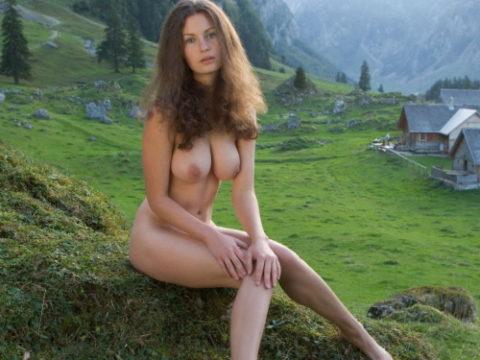 大自然に負けてない美女の野外ヌード画像集(30枚)・1枚目
