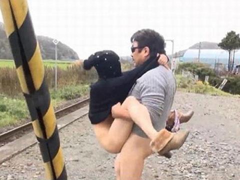 【エロ画像】紳士は野外セックスの時の体位はこうするwwwwwwwww(22枚)