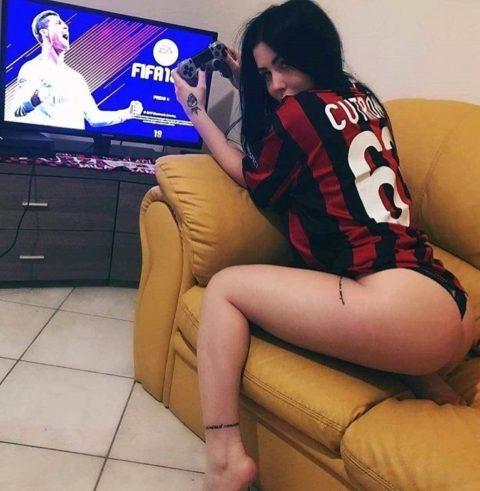 自宅でワールドカップ観戦する女たちが興奮してアップしたエロ画像集(22枚)・9枚目