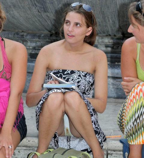 【街撮り】一番見られたくない「シミパン」を撮られちゃった女の子たち・・・(画像28枚)・10枚目