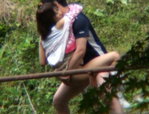 【エロ画像】紳士は野外セックスの時の体位はこうするwwwwwwwww(22枚)・11枚目