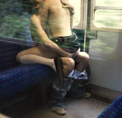 【公然猥褻】電車やバスなどの公共機関でセックスしてるエロ画像集(26枚)・15枚目