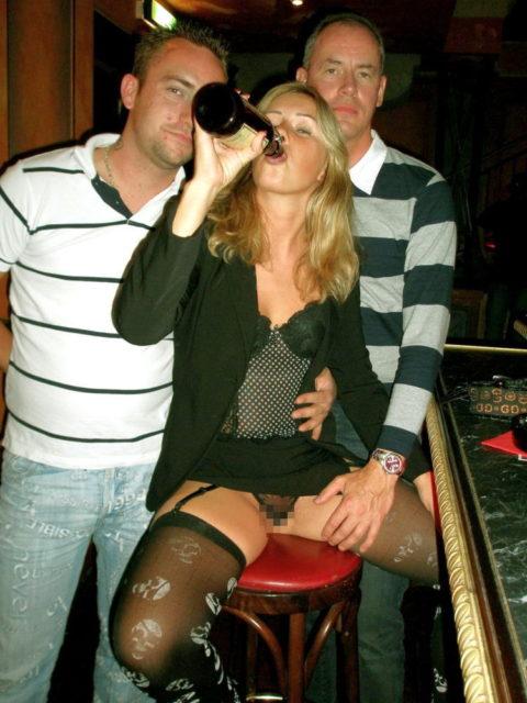 酒をラッパ飲みであおるセックス大好きって顔したビッチたち(画像27枚)・14枚目