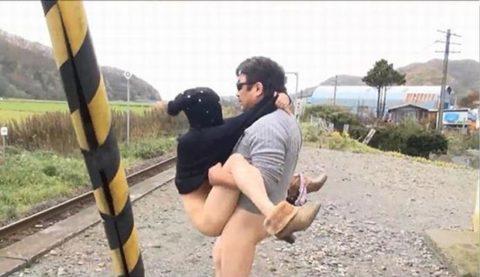 【エロ画像】紳士は野外セックスの時の体位はこうするwwwwwwwww(22枚)・18枚目