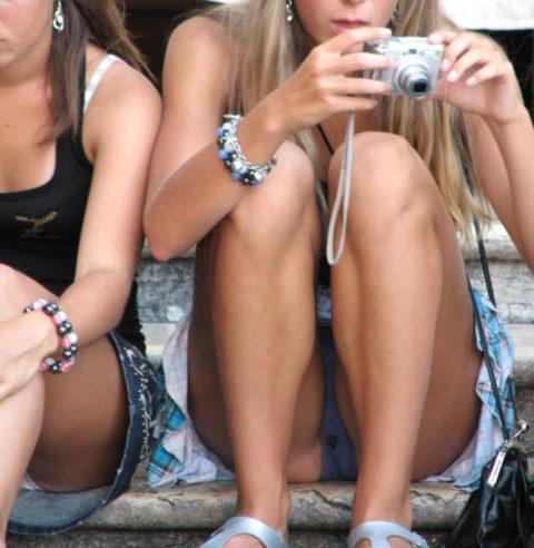 【街撮り】一番見られたくない「シミパン」を撮られちゃった女の子たち・・・(画像28枚)・18枚目