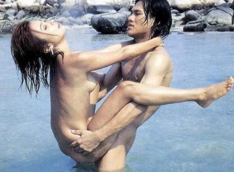 【エロ画像】紳士は野外セックスの時の体位はこうするwwwwwwwww(22枚)・2枚目