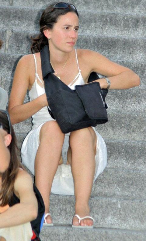 【街撮り】一番見られたくない「シミパン」を撮られちゃった女の子たち・・・(画像28枚)・20枚目
