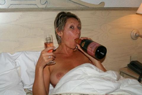 酒をラッパ飲みであおるセックス大好きって顔したビッチたち(画像27枚)・21枚目