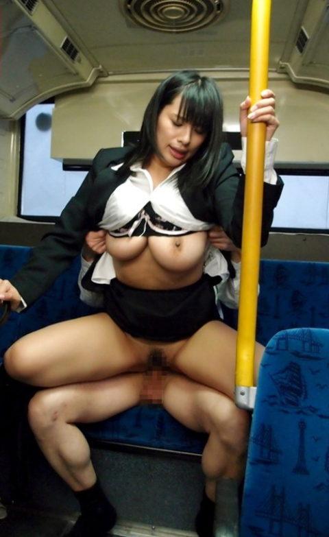 【公然猥褻】電車やバスなどの公共機関でセックスしてるエロ画像集(26枚)・24枚目