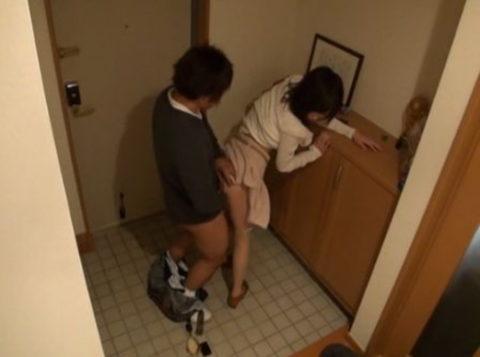 【玄関ファック】部屋まで我慢できなかった男女のエロ画像集(29枚)・26枚目