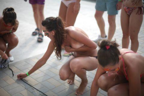 【ナニコレ】手ブラで野外に飛び出す海外女子が大量発生してる模様wwwwwww(画像30枚)・5枚目