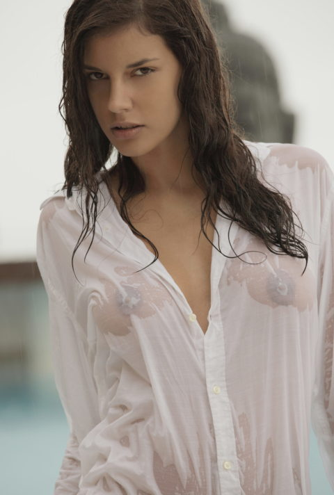 【透け乳首あり】ズブ濡れはりつきオッパイのスケベさは異常・・・(画像27枚)・7枚目