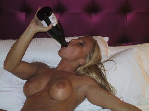 酒をラッパ飲みであおるセックス大好きって顔したビッチたち(画像27枚)・7枚目