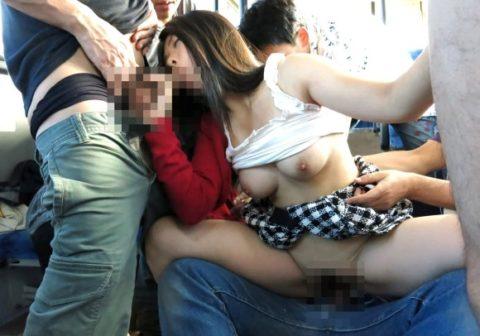 【公然猥褻】電車やバスなどの公共機関でセックスしてるエロ画像集(26枚)・9枚目
