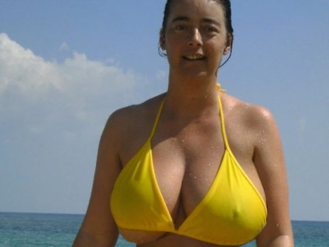 【ポッチ】水着の上から透け乳首しちゃってる女性を追え!!!!!(画像20枚)