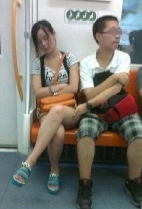 【痴漢の瞬間】電車で被害に遭っている女性たちの反応をご覧ください・・・92枚・37枚目