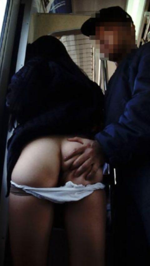 【痴漢の瞬間】電車で被害に遭っている女性たちの反応をご覧ください・・・92枚・2枚目