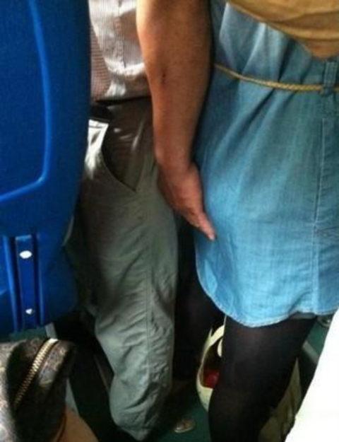 【痴漢の瞬間】電車で被害に遭っている女性たちの反応をご覧ください・・・92枚・26枚目