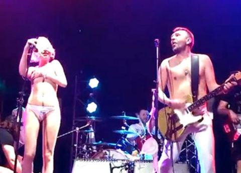 【画像】コンサートでマンコまで晒す女性アーティストの過激すぎるパフォーマンス(51枚)・2枚目