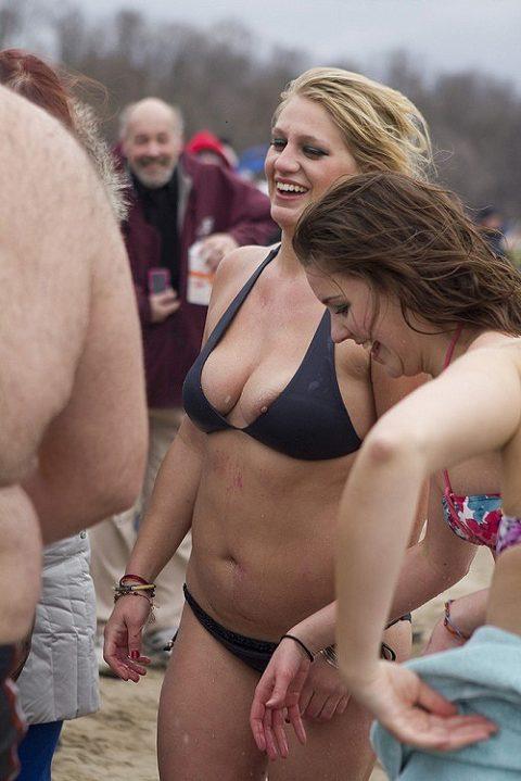 【激写】ビーチでビーチク晒しちゃった女性のエロ画像集(30枚)・10枚目