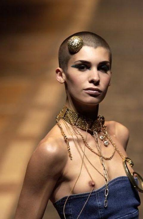 乳首ポロリしてもポーカーフェイスで決めるスーパーモデルたち(画像30枚)・10枚目