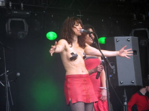 【画像】コンサートでマンコまで晒す女性アーティストの過激すぎるパフォーマンス(51枚)・12枚目
