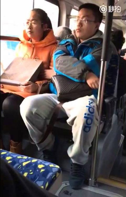【痴漢の瞬間】電車で被害に遭っている女性たちの反応をご覧ください・・・92枚・49枚目