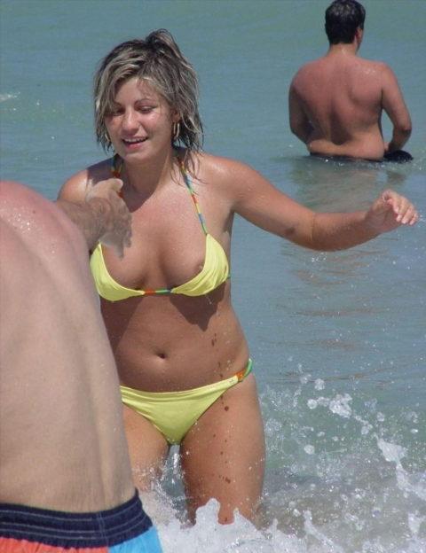 【激写】ビーチでビーチク晒しちゃった女性のエロ画像集(30枚)・14枚目