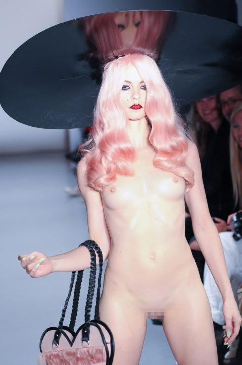 乳首ポロリしてもポーカーフェイスで決めるスーパーモデルたち(画像30枚)・14枚目
