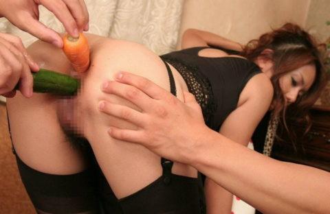 女の神聖な穴にチンコ以外のモノを入れて遊んでるエロ画像集(25枚)・12枚目