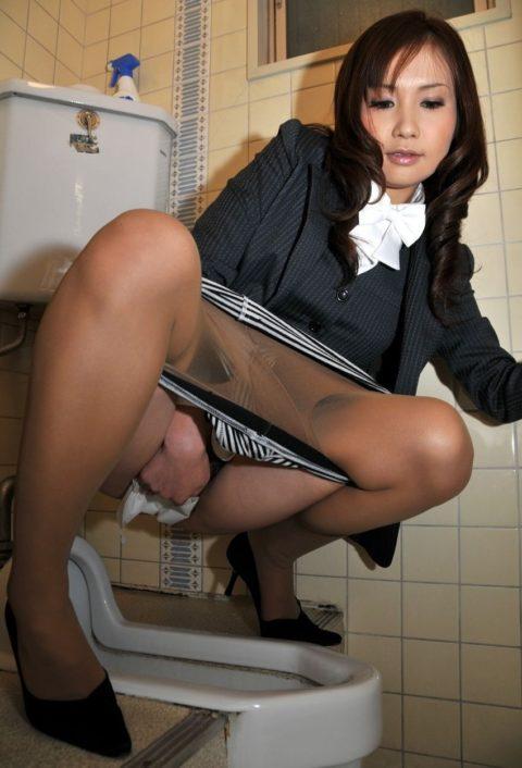 【マニアック】「オシッコ後にティッシュでマンコ拭いてる女」限定のエロ画像集(30枚)・16枚目