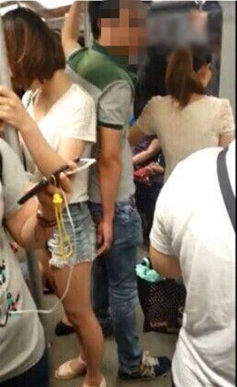 【痴漢の瞬間】電車で被害に遭っている女性たちの反応をご覧ください・・・92枚・54枚目
