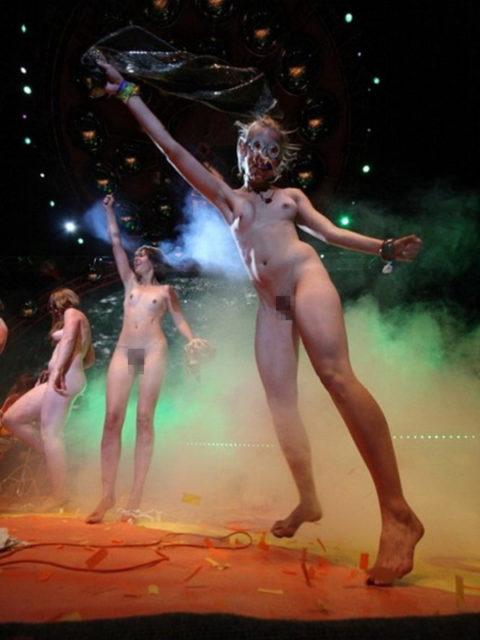 【画像】コンサートでマンコまで晒す女性アーティストの過激すぎるパフォーマンス(51枚)・18枚目