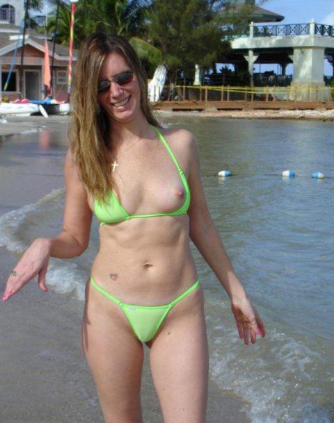 【激写】ビーチでビーチク晒しちゃった女性のエロ画像集(30枚)・2枚目