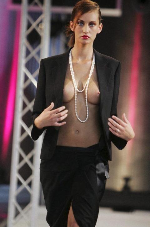 乳首ポロリしてもポーカーフェイスで決めるスーパーモデルたち(画像30枚)・21枚目