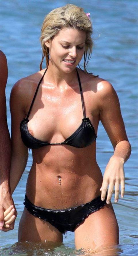 【激写】ビーチでビーチク晒しちゃった女性のエロ画像集(30枚)・23枚目