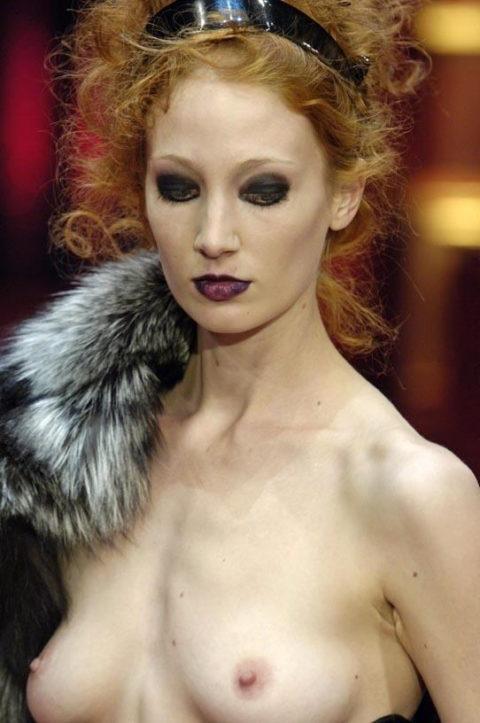 乳首ポロリしてもポーカーフェイスで決めるスーパーモデルたち(画像30枚)・24枚目