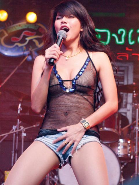 【画像】コンサートでマンコまで晒す女性アーティストの過激すぎるパフォーマンス(51枚)・26枚目