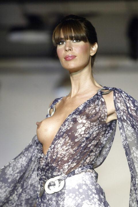 乳首ポロリしてもポーカーフェイスで決めるスーパーモデルたち(画像30枚)・25枚目