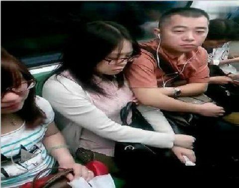 【痴漢の瞬間】電車で被害に遭っている女性たちの反応をご覧ください・・・92枚・41枚目